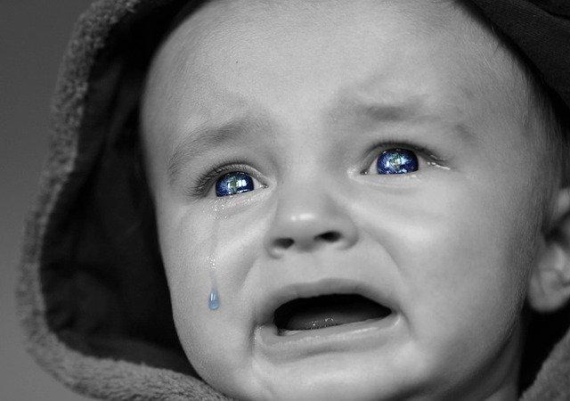 泣き出す0歳児